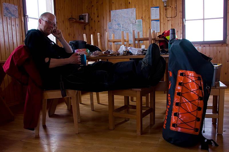 Matti äter frukost i Pieskejaurestugan, Jokkmokksfjällen.
